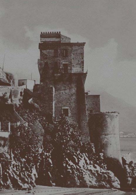 Vista della torre di Cetara in bianco e nero